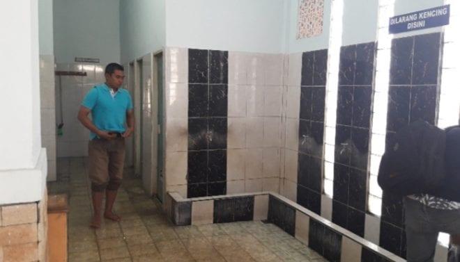 hukum menumpang toilet masjid